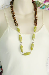 vintage 1970s green and brown plastic chain bead necklace jewelry