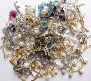 A tiny handful of the vintage jewellery I've been going through and sorting, ready for sale soon.