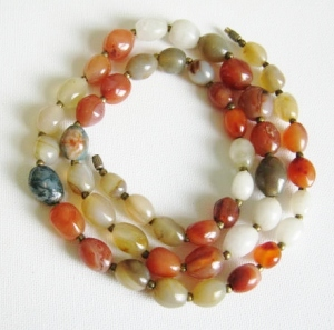 Vintage circa 1970s agate gemstone bead necklace