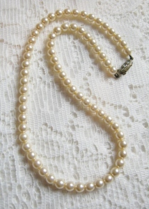 vintage circa 1980s cream glass pearl bead necklace