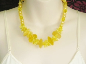 Vintage 1980s yellow plastic Lucite bead statement chunky necklace