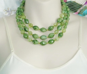 Vintage 1980s 3 row strand bib collar necklace, detailed with green faceted plastic beads