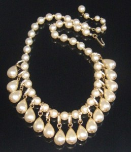 Vintage 1980s chunky faux pearl and gold tone teardrop statement collar necklace